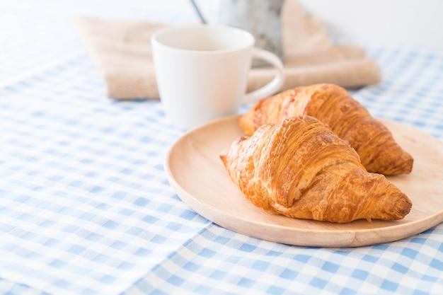 Croissant au beurre sur la table