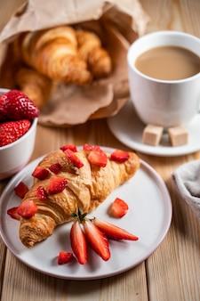 Croissant au fromage à la crème, fraises pour le petit déjeuner