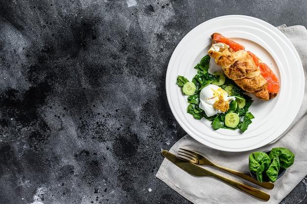 Croissant au saumon et ricotta, salade aux épinards et oeuf