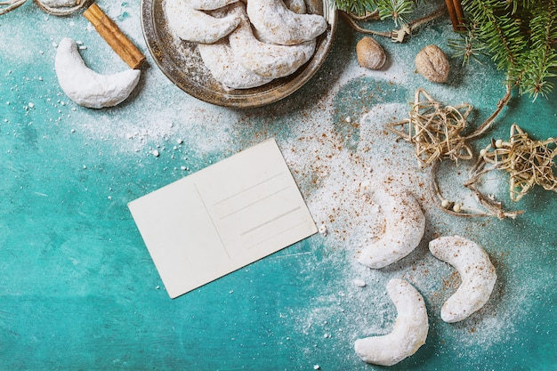 Croissant de biscuits de noël avec décoration de vacances
