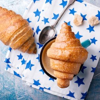 Croissant et café au lait. petit déjeuner frais cuisson.