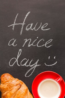 Croissant et café avec message du matin