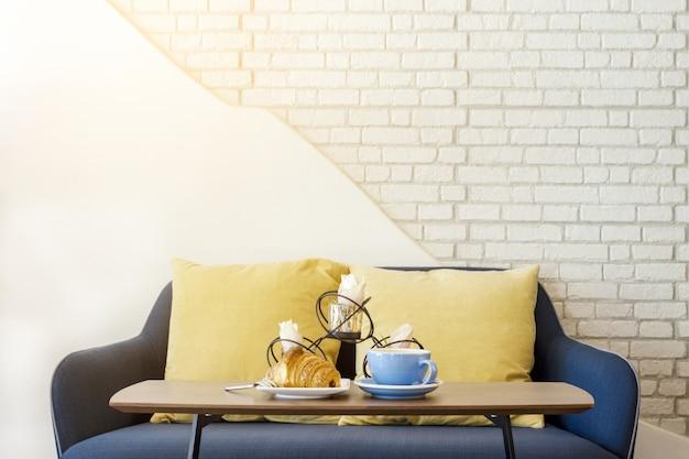 Croissant et café pour le petit déjeuner dans le salon blanc
