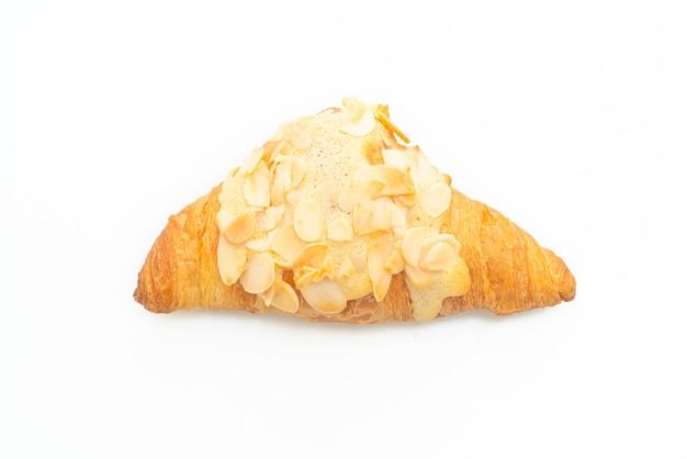 Croissant à la crème et aux amandes isolé sur fond blanc