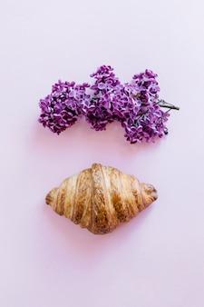Croissant et fleurs lilas
