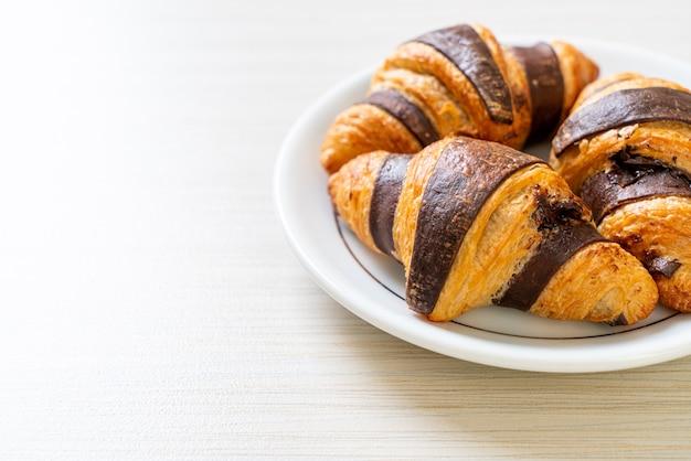 Croissant frais au chocolat sur assiette