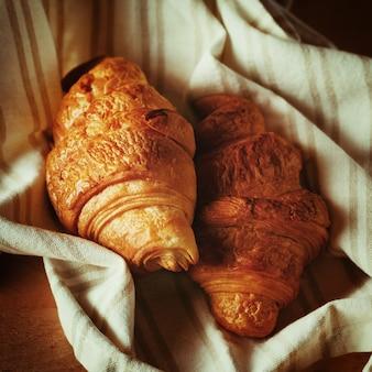 Croissant frais cuit au four