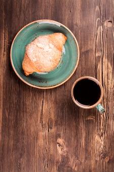 Croissant frais et tasse de café noir