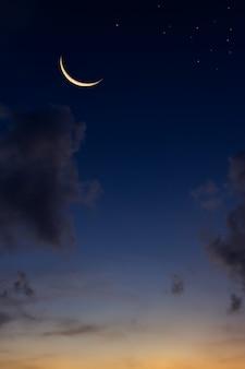 Croissant de lune sur ciel crépusculaire et crépuscule