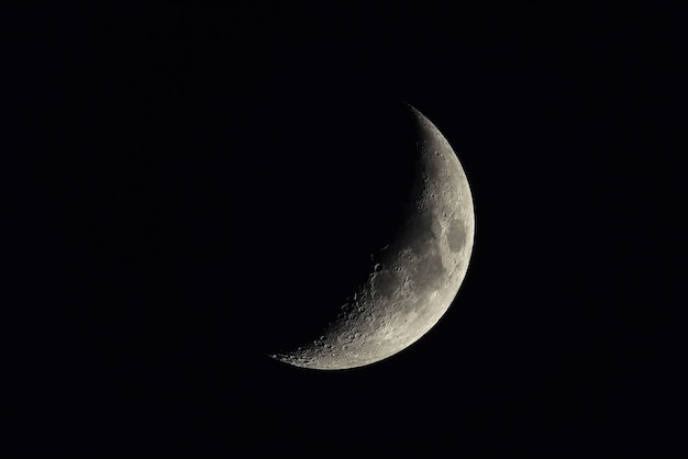 Croissant de lune sur le ciel nocturne