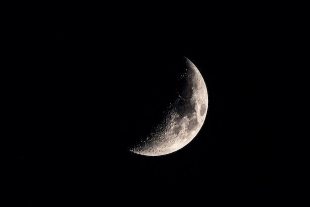Croissant de lune dans le ciel nocturne