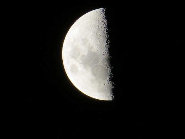 Croissant de lune dans la nuit