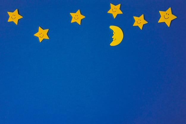 Croissant de lune et étoiles jaunes sur le ciel bleu nuit. papier d'application.
