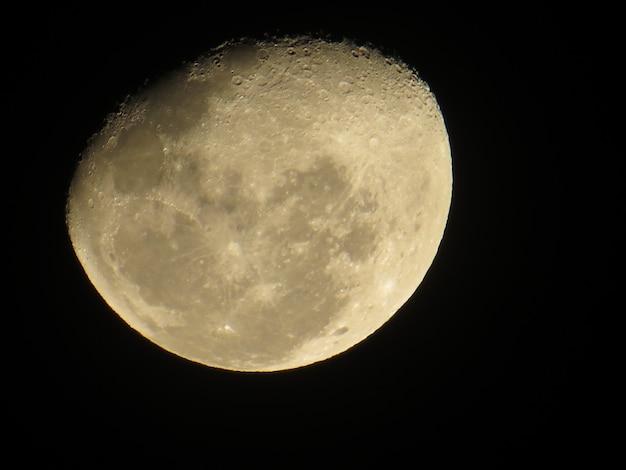 Croissant de lune sur fond noir