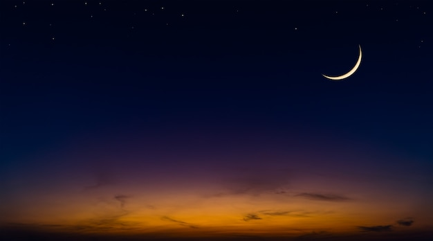 Croissant de lune le soir du ciel crépusculaire avec la lumière du soleil colorée après le coucher du soleil, ciel crépusculaire.