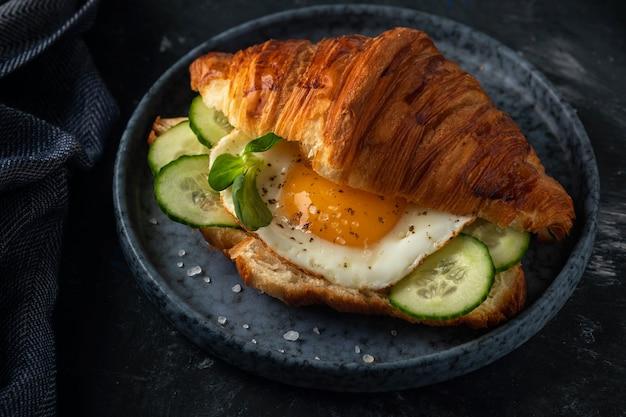 Croissant avec œuf au plat et café