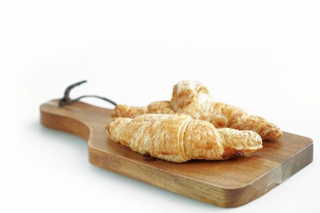 Croissant petit-déjeuner sur blanc