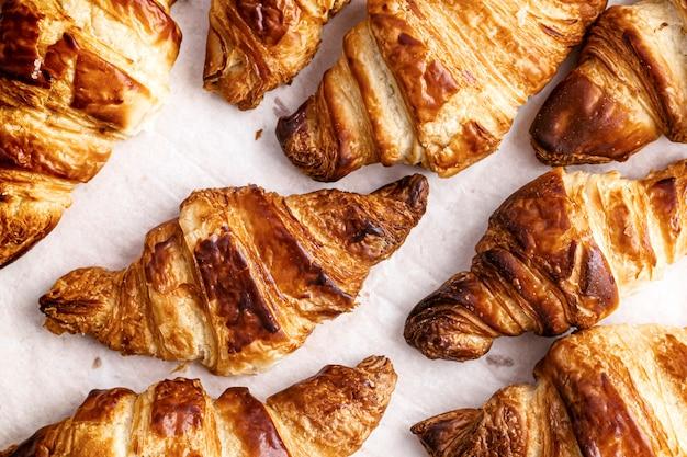 Croissant plat lay photographie alimentaire