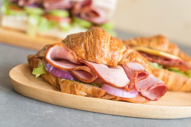Croissant sandwich au jambon
