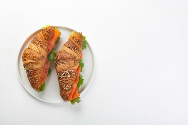 Croissant sandwich au saumon et feuilles de salade
