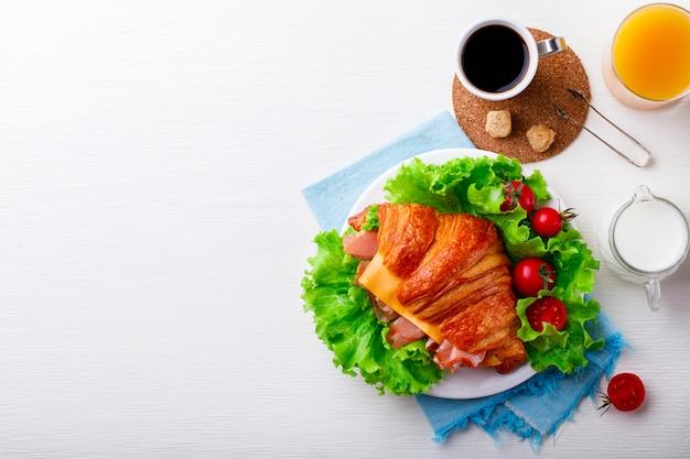 Croissant sandwich frais au jambon