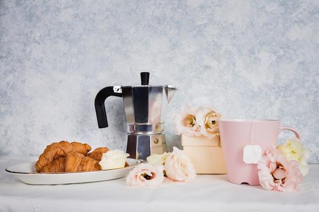 Croissant, sur, table, projectile studio