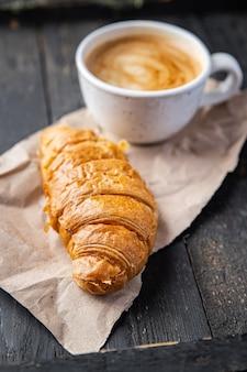 Croissant et tasse de café portion fraîche prête à manger collation sur la table copie espace nourriture