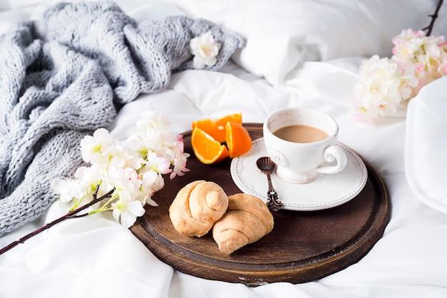 Croissant et tasse à café