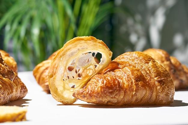 Croissant vide tranché. demi-croissants avec texture de pâte lumière dure. fond blanc