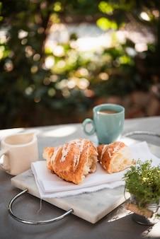 Croissant vue du devant avec café