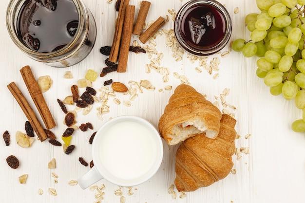 Croissants aux raisins et confiture à la table