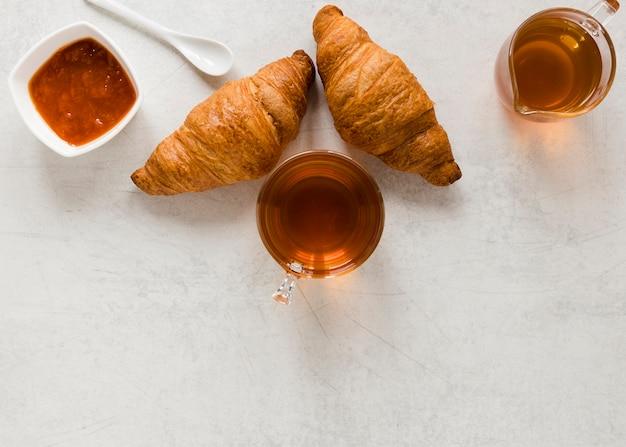 Croissants avec confiture et thé