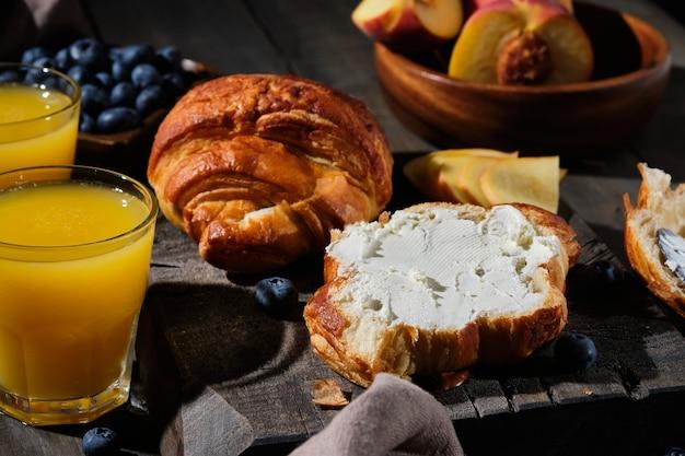 Croissants délicieux pour le petit déjeuner. gâteaux frais faits maison avec des baies, de la confiture, du fromage à la crème et des fruits.