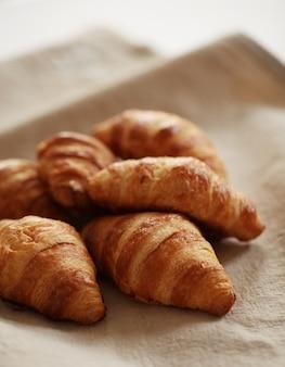 Croissants avec du papier cuisson