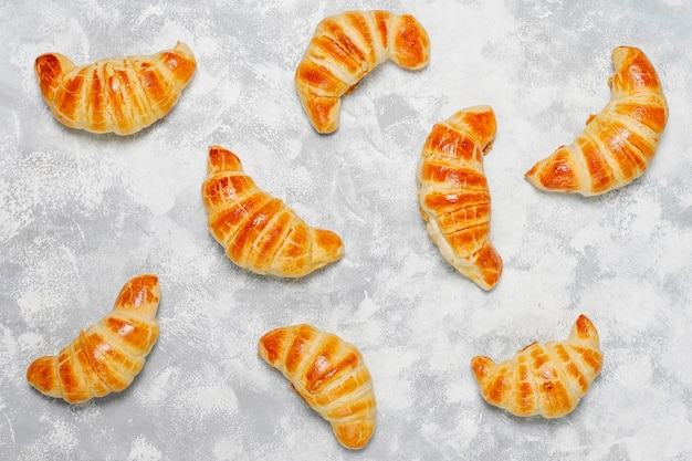 Des croissants faits maison frais et gris-blancs. patisserie française