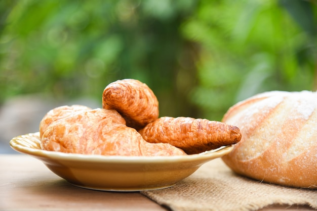 Croissants fraîchement sortis du four - pain de boulangerie sur un sac à la table concept de petit-déjeuner fait maison