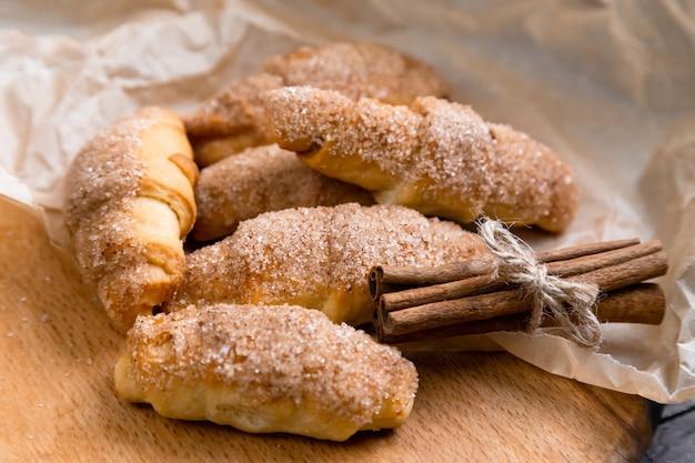 Croissants frais à la cannelle sur papier froissé