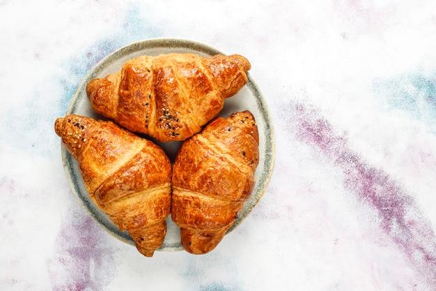 Croissants frais cuits au four.