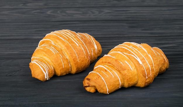 Croissants frais sur un fond en bois sombre