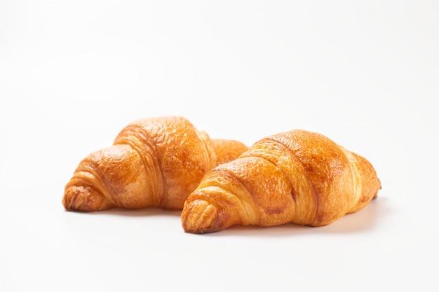 Croissants frais isolés sur fond blanc.