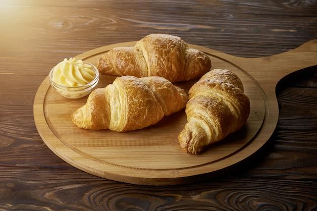 Croissants frais sur planche de bois