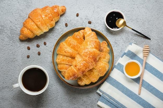 Croissants français au chocolat sur assiette