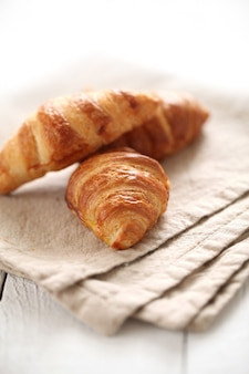 Croissants français frais sur une nappe