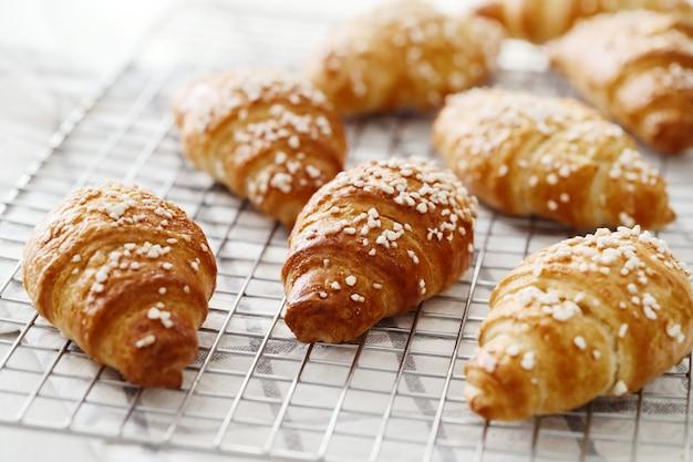 Croissants français pour le petit déjeuner