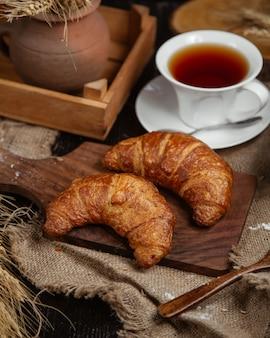 Croissants français avec une tasse de thé.