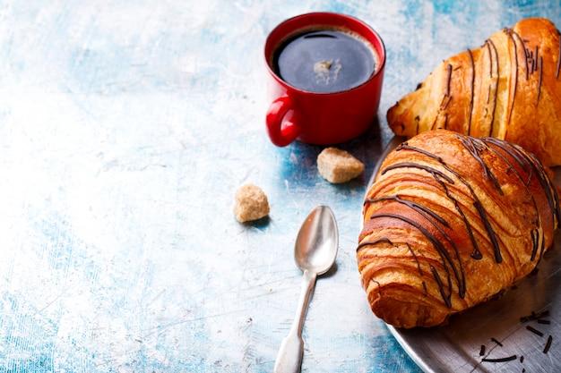 Croissants avec petit déjeuner frais café continental