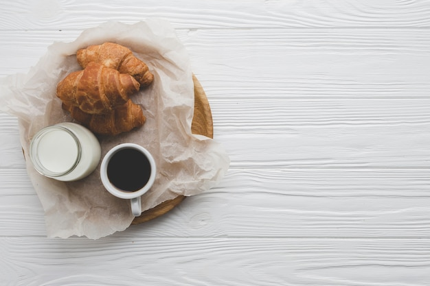 Croissants et produits laitiers près du café