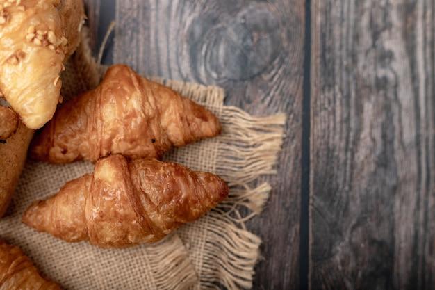 Croissants sur le sac brun