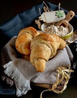 Croissants sucrés et salés faits maison avec farine complète et céréales