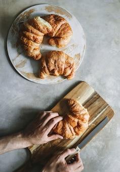 Croissants à la table du petit déjeuner